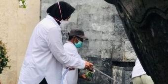 Ziarah ke Makam Bung Karno, Mensos Risma Bersihkan Gapura