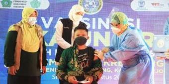 Gelar Vaksinasi Serentak SMA/SMK se-Jatim, Gubernur Jatim Maksimalkan Kesiapan PTM Terbatas Bertahap