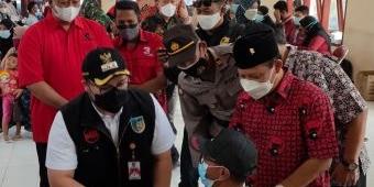 Bupati Kediri Tinjau Vaksinasi Massal yang Digelar PDIP di Balai Desa Sumberejo