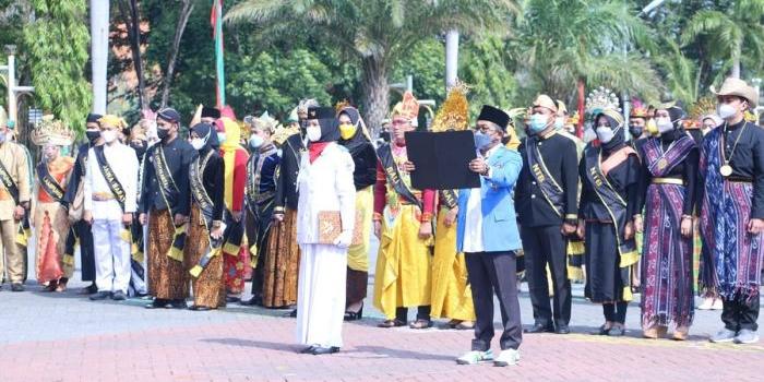 seluruh-peserta-upacara-sumpah-pemuda-di-gresik-kenakan-pakaian-adat