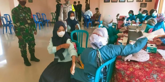 anggota-tni-kawal-vaksinasi-bagi-pelajar