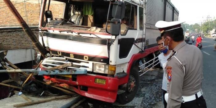 oleng-truk-tandum-seruduk-tiga-kendaraan-dan-pejalan-kaki-di-jombang