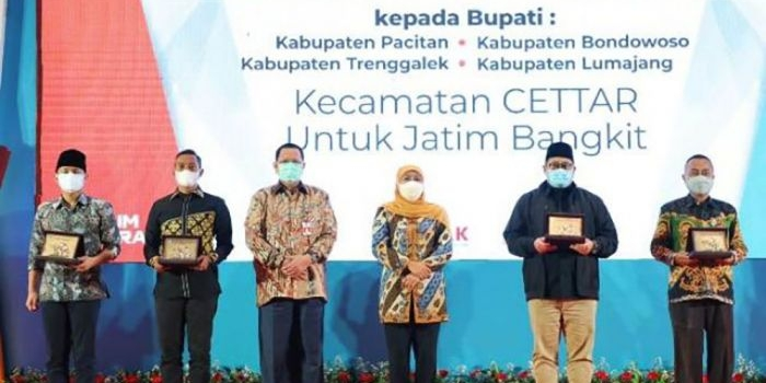 launching-kecamatan-cettar-gubernur-khofifah-beri-penghargaan-empat-bupati