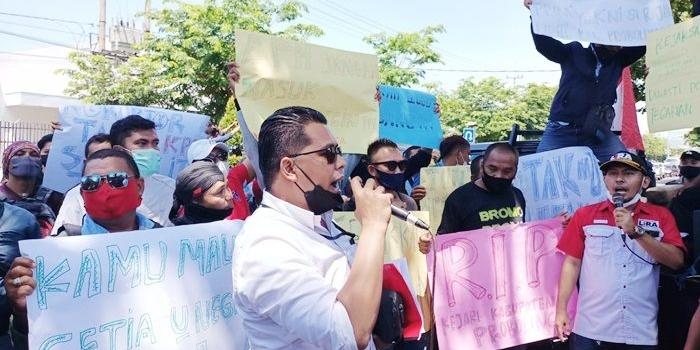 dinilai-lelet-tangani-kasus-korupsi-kantor-kejari-kraksaan-diluruk-puluhan-aktivis-anti-korupsi